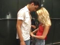 Blondje neukt in verlaten opslagplaats tube porn video