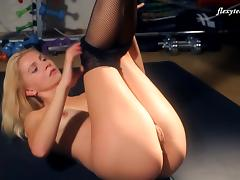 Gorgeous blonde bint spreads her legs to reveal her juicy muff tube porn video