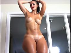 French BBW Rosee Divine pops her oiled booty. tube porn video