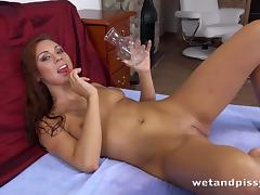 sexy babe loves to drink piss tube porn video