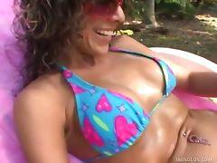 Horny Hotty Masturbates In the Sun tube porn video