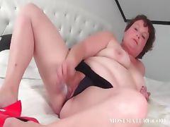 Mature slut pleasuring her pussy in bed tube porn video