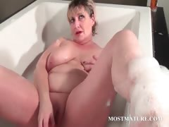 Mature tramp dildoes pussy in bathtub tube porn video