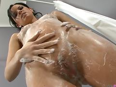 Sexy brunette Suzy washes her pussy and fingers tube porn video